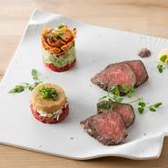 タンユッケはタレをムース状にし、一風変わったユッケに仕上げ。低温調理した柔らかいハラミは、山ワサビと黒岩塩でいただきます。キムチとアボカドの和牛タルタルは、肉×キムチ×アボカドの鉄板の組み合わせです。