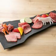 その日にシェフが厳選した希少部位五種を食べ比べられる、贅沢な一皿です。肉ごとにオススメの焼き加減も案内してくれるので、一番おいしい状態をいただけます。