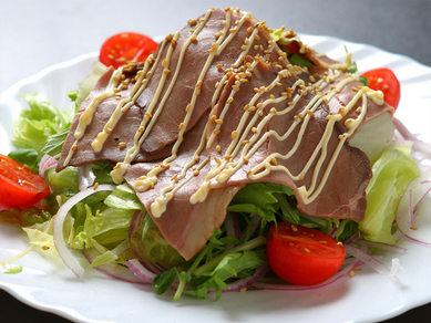 魚だけじゃない! 手間ひまかけてつくる人気メニューのひとつ『ローストビーフサラダ』