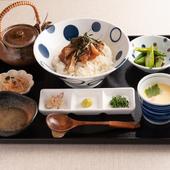 真鯛の漬けをご飯の上に乗せ、オリジナルの鯛のだしをかけていただく贅沢の極み『鯛茶漬け定食』