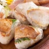 その場で持ち帰りできる手軽さが人気。新鮮な真鯛を使った『鯛の塩おにぎり』・『鯛の甘辛おにぎり』