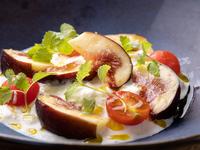 クリーミーなチーズと甘い果物や野菜がマッチする『ストラッチャテッラのカプレーゼ』