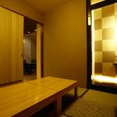 扉付きの完全個室は、掘り炬燵式でゆったりくつろげる