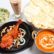 カレーをはじめ、タンドリーチキンやシークカバブ、サグナンやチーズナンなど多彩なメニューを食べ放題で楽しむことができます。さらにアルコールを含むドリンクも飲み放題。思う存分インド料理を堪能できます。