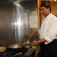 「来店していただいたゲストには、料理の味に納得してもらい笑顔になってほしい」と料理人は語ります。おいしい料理を食べれば自然と笑顔が生まれるもの。本場インドの味で、ゲストを笑顔へと導いてくれます。