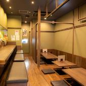 板張りの店内はカウンターとテーブル席で構成され、30人まで収容