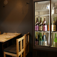 利酒師の資格をもつ稲村氏が選んだ自慢のお酒。常時40~50種類ほど用意されています。飲み比べるのももちろん、お任せに身を委ねるのも乙なもの。ラインナップも変わっていくので、飽きることもありません。