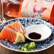 毎日市場で仕入れている新鮮な海の幸を、驚きの価格で堪能できるお得なメニュー。日替わりで旬の鮮魚を厳選しており、Instagramなどでその日の内容を確認できます。まず最初に注文したい一皿です。