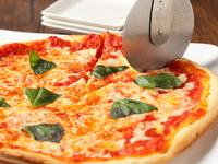 焼きたて! 自家製トマトソースのコクを楽しめる『マルゲリータピザ』