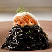 オープン当初からある『イカスミを練り込んだ黒いタリオリーニ 北海道の生ウニとリコッタチーズ』