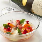 華やかでさっぱりと味わえる前菜『3色のトマトと水牛のモッツァレラチーズ、トマトのゼリーのカプレーゼ』