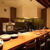 カウンターからは調理風景がライブで楽しめます