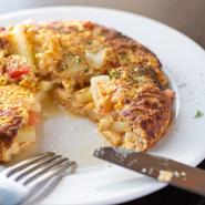 口の中で半熟卵がとろけ、色んな具材とのシンプルながら贅沢な出逢いがおいしい『スペイン風オムレツ』