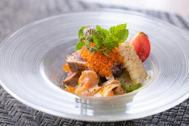 糸島産イエロートマトのソースで味わう『カツオの炙りのカルパッチョ』