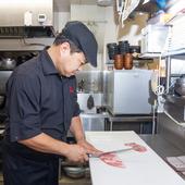 上質な空間へと誘う、赤を基調とした高級感溢れるエントランス