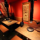 一人焼肉もOK。気軽に利用できる、カジュアルな1階テーブル席