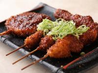 揚げたての串揚げを秘伝の味噌ダレに漬ける、甘辛さがあと引く旨さの『どて煮串揚げ』