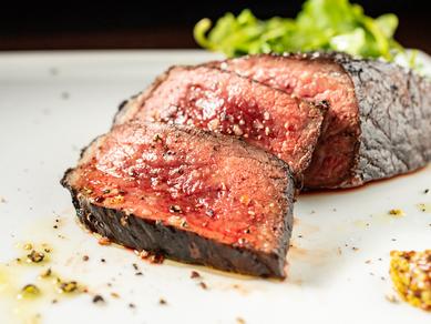 国産牛のいろいろな部位を使用。塩コショウでシンプルに、肉本来の旨みを楽しめる『マキヤキ』