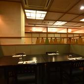 店内にはテーブル席やカウンター、座敷が用意されています