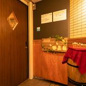 木製の扉とかわいいひよこのWelcomeボードがお出迎え