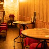 2人掛けテーブル席は、RPG風の居酒屋ならでは特徴を捉えています