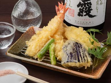 海老や野菜などの天ぷらが楽しめる『おまかせ六種盛り』