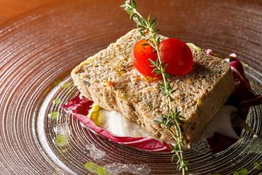 """富山県の特産品""""白海老""""をふんだんに使い、魚介の旨みがたっぷり詰まった『白海老とズワイ蟹のテリーヌ』"""