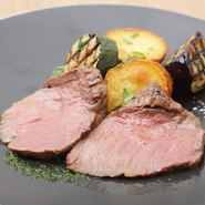 霜降り肉とは真逆の、赤身肉の旨みがしっかりと感じられる一品です。レアにグリルされた短角牛は赤ワインと最高の相性。塩と黒胡椒、レモンバジルソースでいただきます。