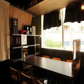 家族や友人での食事にぴったりの個室感のあるテーブル