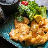 ヘルシーな鶏の胸肉を天ぷらにした一品。マヨネーズソースはスイートチリソースとレモンを和えたオリジナルです。サクサク衣がソースを吸って、しっとり優しい食感。もちろん食べ応えも満点です。