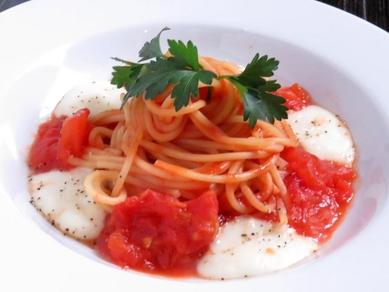 完熟トマトとモッツァレラのパスタ