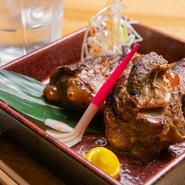 県内産黒豚の軟骨をお餅の様な触感までコトコト煮込み、醤油ベースの炭火香るお酒の肴です。