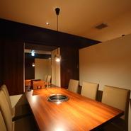 4名から6名でご利用いただける個室テーブル席を用意。プライベートな場面にも心強い【焼肉 うめさん】。感染症対策として店内衛生を強化、接待にも安心して利用できます。