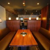 家族や友人同士の食事に最適なくつろぎのソファ席