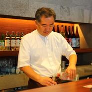 """新井氏がサービスマンとして日々目標に掲げているのは""""笑顔""""。おいしい・楽しい瞬間に思わず溢れるゲストの笑顔のため、きめ細やかな接客を意識している。"""