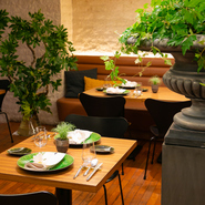シンプルな空間に緑のアクセント。非日常的ながらもリラックスできる店内は大切な方を招いての食事会にもうってつけ。シェフ自慢のコースと上質な空間で、普段お世話になっている方をもてなしてみませんか。