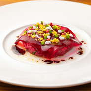 旬の逸品に合わせたワインをソムリエがセレクト。さらに味わい深い食を満喫できるペアリングコースです。