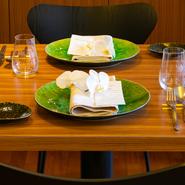 特別な日の食事にもうってつけの【シマラボ ビス】。その日手に入った選りすぐりの素材たちで描かれるコースが年に1度の大切な日を彩ってくれます。