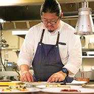 """""""料理は素材で決まる。素材のルーツを知ること、素材を知るための情熱が大事だ""""。料理人・三國清三氏の想いを継承し、素材ありきの直感的な料理たちを人びとに伝えています。"""
