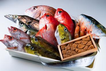 店主が市場に勤務してるからこそ入手できる、おいしくてリーズナブルな旬の魚介類を、様々な料理で味わえる