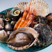 『海鮮焼き』をはじめ、厳選した魚介類をゲストの好みに合わせて、最大限おいしく仕上げるのが【魚歌】流