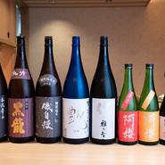 料理に合わせて選ばれた日本酒。そのうまさに、客人たちは目尻を下げ頬を緩ませます。選ぶ基準は「好きだから」と、とてもシンプル。おいしい料理と共に、今宵も酒が進みます。