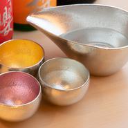 お皿の選択は、料理をおいしくいただく上で欠かせないものの一つ。手で触れた時の触覚や、猪口のような口触りなども器によって変わります。そのため、器選びから大切に考えています。