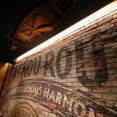 吹き抜けの壁面に描かれた「TAIKOUROU」の文字