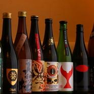 国内各地の酒蔵から仕入れる日本酒、海外の醸造所で生産された個性豊かな清酒がラインナップ。気軽にトライできる50mlのお試しグラスが用意され、おいしい『飲み比べ』も楽しめます。