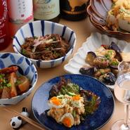 季節の食材を盛り込み、家庭的な味わいが人気のおばんざい。国内外のお酒にあわせて、メニューのバリエーションも豊富。足繁く通うゲストのため、毎週のように新メニューが登場するのも楽しみです。