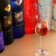 国内のレアな日本酒、海外の醸造所で生産された個性豊かな清酒がそろうこちらのお店。飲み切りサイズのボトルに加えてグラスの用意もあり、初めてのお酒も気軽にテイスティングできます。