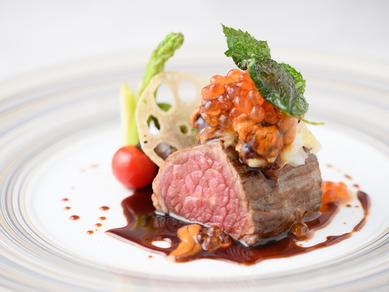 鹿児島産黒毛和牛のステーキ(北海道ウニ、イクラ乗せ赤ワインとわさびのソース)