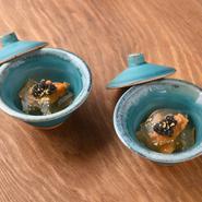 鉄板料理の合間に提供される贅沢な食材を使った美しい逸品は、特に女性に人気がある。 美食にふさわしく、神戸とんぼの料理は新鮮な神戸野菜や上質なお肉から取った透明に輝く出汁が 基本となっている。