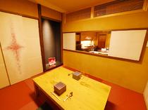 茶室をイメージした、赤畳が印象的な個室